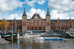 Kanalkreuzfahrtboot vor zentralem Bahnhof Amsterdams lizenzfreies stockbild