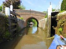 Kanalnarrowboat som lämnar låset Fotografering för Bildbyråer
