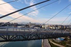 Kanalport på den Pescara floden från bron Abruzzo Arkivfoto