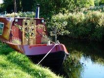 Kanalpråm med små fruktträd som växer floden Royaltyfri Bild