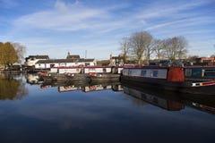 Kanalpråm och byggnader på den Norbury föreningspunkten i Shropshire, Förenade kungariket Royaltyfri Fotografi