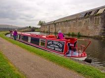 Kanalpråm som förtöjas nära Blackburn royaltyfri foto