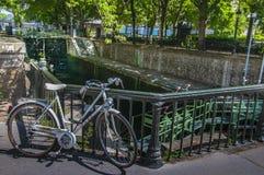 KanalSt Martin lås med cykeln i Paris Arkivfoto