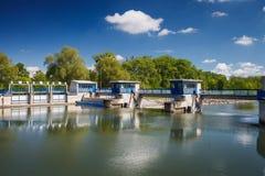 Kanalverriegelung auf einem Fluss Lizenzfreie Stockfotografie