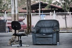 Kanapa i krzesło bez ludzi zdjęcie stock
