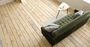 Kanapa i stół w żywym pokoju zbiory