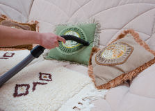 Kanapa vacuuming z próżniowym cleaner zdjęcie royalty free