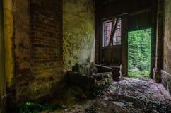 kanapa w starej fabryce fotografia royalty free