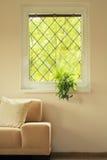 Kanapa w żywym pokoju pod okno Obraz Stock