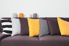Kanapa z poduszkami Zdjęcia Stock