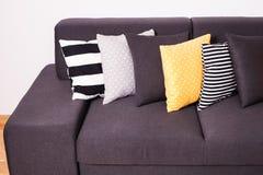Kanapa z poduszkami Zdjęcie Royalty Free