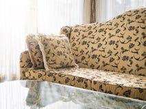 Kanapa z poduszkami z kwiecistym tkanina klasyka stylem Zdjęcie Stock
