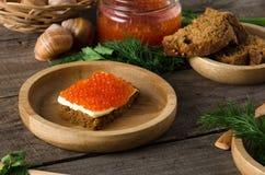 Kanapka łososiowego kawioru drewniany półkowy greenery Obrazy Royalty Free