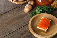 Kanapka łososiowego kawioru drewniany półkowy masło Zdjęcia Royalty Free