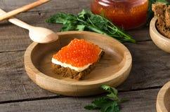 Kanapka łososiowego kawioru masła drewniany półkowy greenery Zdjęcie Royalty Free