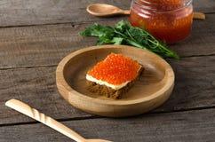 Kanapka łososiowego kawioru masła drewniany półkowy greenery Obrazy Stock