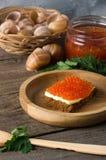 Kanapka łososiowego kawioru pucharu masła drewniany greenery Zdjęcie Stock