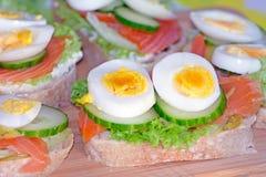 Kanapka bufet z łososiem i jajkami zdjęcie stock