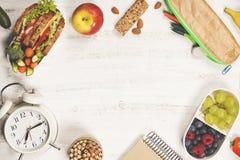 Kanapka, jabłko, winogrono, marchewka, jagoda w plastikowych lunchów pudełkach, st Zdjęcie Royalty Free