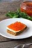 Kanapka kawioru talerza masła łososiowy greenery Zdjęcie Stock