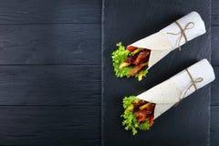 Kanapka opakunki z kurczaków warzywami i mięsami obraz royalty free