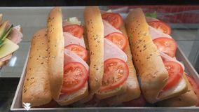 Kanapka z baleronem i pomidorem na supermarkecie Zdjęcia Royalty Free