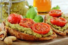 Kanapka z pesto i piec pomidorami Obraz Stock