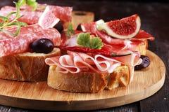 Kanapka z prosciutto, salami lub crudo Antipasti smakosza b obraz royalty free