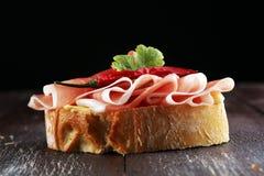 Kanapka z prosciutto, salami lub crudo Antipasti smakosza b zdjęcie stock