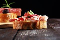 Kanapka z prosciutto, salami lub crudo Antipasti smakosza b obraz stock