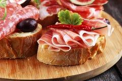 Kanapka z prosciutto, salami lub crudo Antipasti smakosza b zdjęcie royalty free