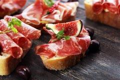 Kanapka z prosciutto, salami lub crudo Antipasti smakosza b fotografia royalty free