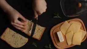 Kanapka z serowym chleba rozszerzaniem się z masło rękami w ramie Jedzenie przekąska zbiory
