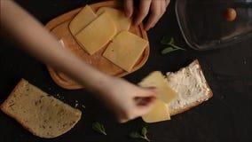 Kanapka z serowym chleba rozszerzaniem się z masło rękami w ramie Jedzenie przekąska zbiory wideo