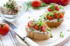Kanapka z surowymi pomidorami dla śniadania Obraz Stock