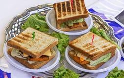 Kanapki dla śniadania z rybą, serem, pomidorami i sałatą, fotografia stock
