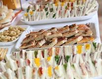 Kanapki i pizze w dużym bufecie podczas przyjęcia zdjęcie royalty free