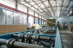 Kanapki manufactory panelu linia produkcyjna Wyposażeń maszynowi narzędzia i rolkowy konwejer w wielkim hangarze lub warsztacie Obrazy Stock