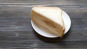 Kanapki masło i bolona plasterek na drewno stole, śniadaniowy wyśmienicie i zdjęcie wideo
