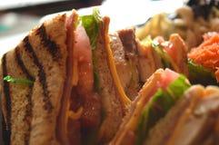 Kanapki pokrajać w trójbokach słuzyć z pomidorami i pokrojonym serem, zdjęcie royalty free