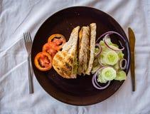Kanapki, pomidoru i ogórka sałatka, obraz royalty free