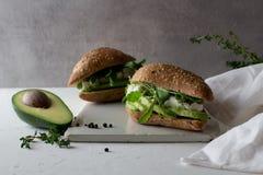 kanapki robić całego zbożowego glutenu bezpłatny domowej roboty chleb z avocado zdjęcie royalty free