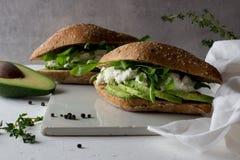 kanapki robić całego zbożowego glutenu bezpłatny domowej roboty chleb z avocado fotografia stock