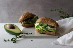 kanapki robić całego zbożowego glutenu bezpłatny domowej roboty chleb z avocado obraz royalty free