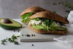 Kanapki robić całego zbożowego glutenu bezpłatny domowej roboty chleb z avocado i ricotta zdjęcie stock