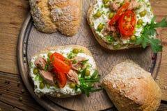 Kanapki robić ser, tuńczyk i grochy chałupy, Zdjęcie Royalty Free