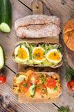 Kanapki z avocado, jajkami i pomidorem na drewnianym tle, Zdjęcia Royalty Free