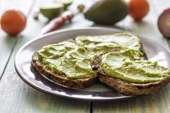 Kanapki z avocado na b??kitnym drewnianym tle fotografia stock
