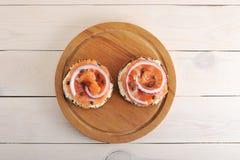Kanapki z masłem, czerwieni ryba, czerwona cebula i kapary, dalej zalecają się Zdjęcia Stock