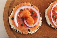 Kanapki z masłem, czerwieni ryba, czerwona cebula i kapary, dalej zalecają się Fotografia Stock